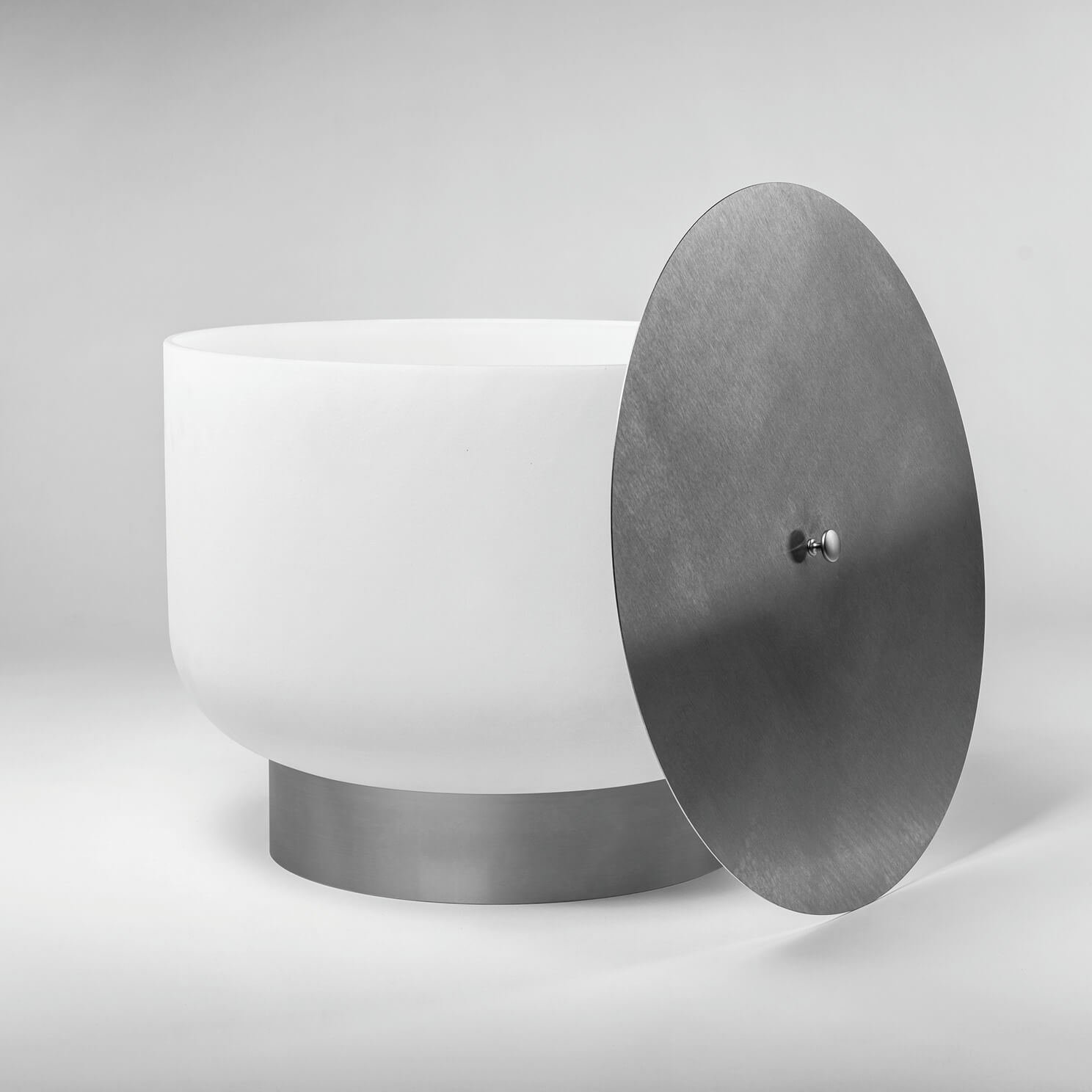 qFlame Feuerschale aus Quarzglas mit Fuß und Deckel